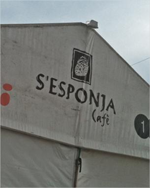 """rotulación de la caseta de """"beewi - s'esponja - 1975"""" en la feria de abril"""