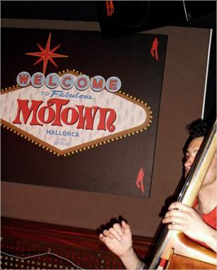 con motivo del 10º aniversario del motown le dimos un giro a su logo. Desde el primer momento se tuvo la idea de reflejar el mundo de Las Vegas. Se aplico a diferentes aplicaciones como lienzo, camiseta, flyers...