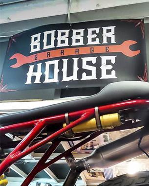 nuestros amigos de bobber house en barcelona, nos confiaron el diseño de su logotipo; también nos encargamos del diseño e impresión de pancartas, sudaderas y camisetas...que, por cierto, podrás encontrar en dirtyworks
